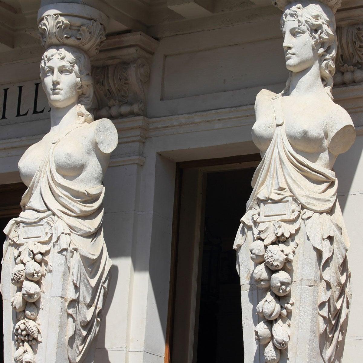 La Bourboule, les cariatides de l'hôtel de ville